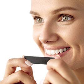 Le microparticelle di carbone, dalle proprietà assorbenti, eliminano la placca e le impurità che macchiano lo smalto donando ai denti un bianco naturale